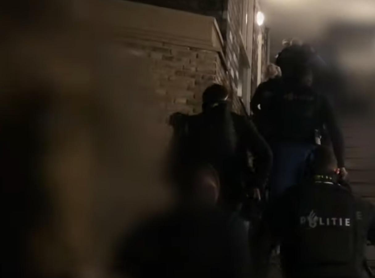 De politie viel meerdere woningen binnen.