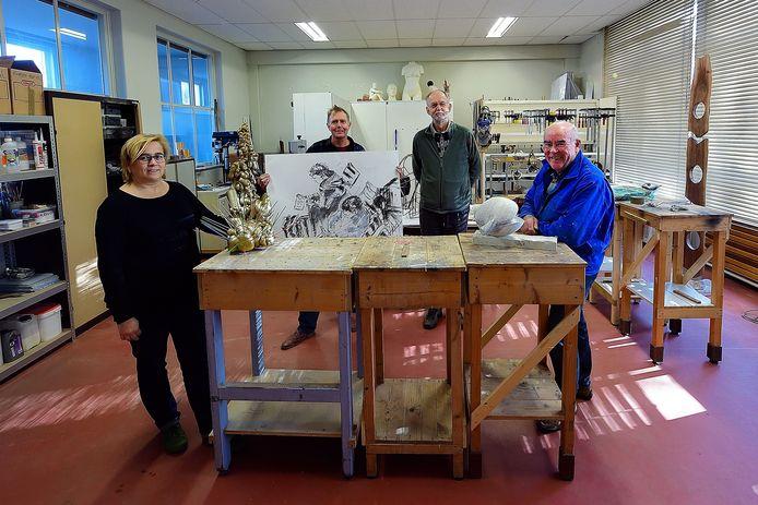 De kunstenaars hebben een nieuw onderkomen in de voormalige school. Dit is het atelier van beeldhouwer Gerard Fransen.