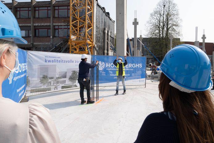 Plaatsing van de 'eerste kolom' op de toekomstige campus van AZ Rivierenland