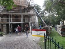 Foutje: dorpskerk Oostvoorne in de steigers bij expositie