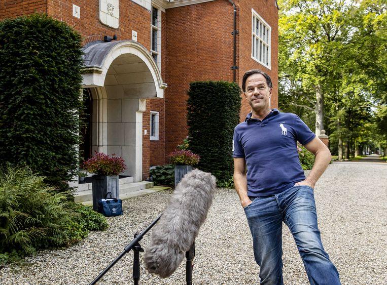 Mark Rutte (VVD) staat de pers te woord op landgoed De Zwaluwenberg in Hilversum. Beeld ANP