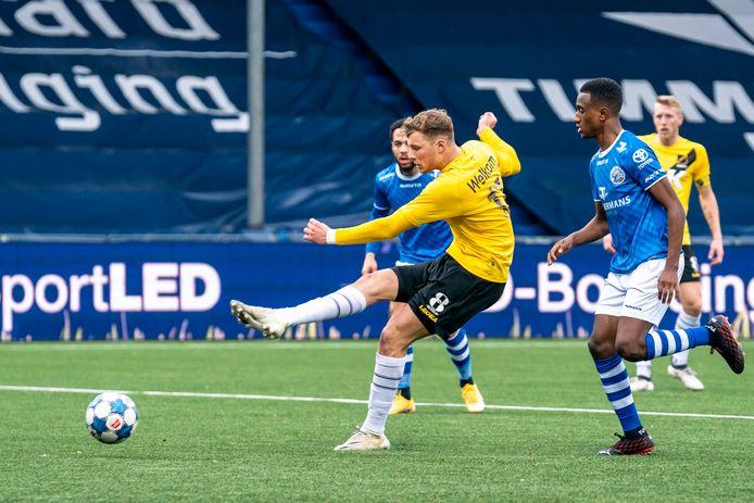 Van Hooijdonk legt aan voor zijn twaalfde doelpunt van dit seizoen.