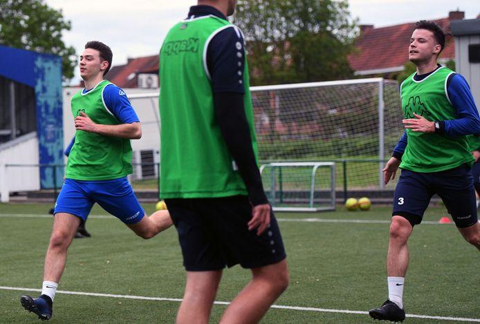 Robbe Geens (rechts) kan eindelijk weer voluit gaan op training bij Olympia Wijgmaal na zijn knieletsel.