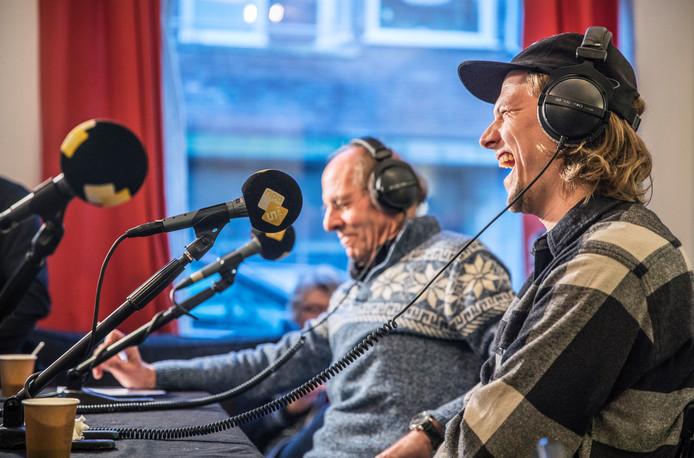 Twee generaties radiomakers: presentator Govert van Brakel en dj Sander Hoogendoorn (rechts).
