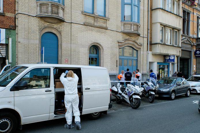 Politie en mensen van het labo voor het huis van huisdokter François Depoorter.