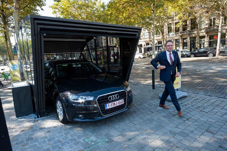 Schepen Koen Kennis heeft net zijn wagen in de spiegelkooi op de Meir geparkeerd. Hij test dit weekend Whim.