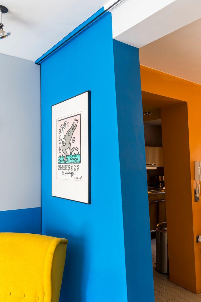Pronkstuk in de zithoek is de gesigneerde affiche 'Knokke 87' van Keith Haring. Beeld Luc Roymans