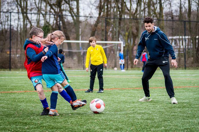 Buurt- en sportcoach Sonny Seip geeft voetbaltraining aan kinderen met autisme of een lichamelijke achterstand. Ook in de voorjaarsvakantie zijn er allerlei activiteiten voor de jeugd.