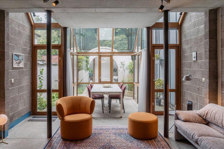 Beton, hout en glas vormen de rode draad doorheen het hele huis.  Beeld Hannelore Veelaert