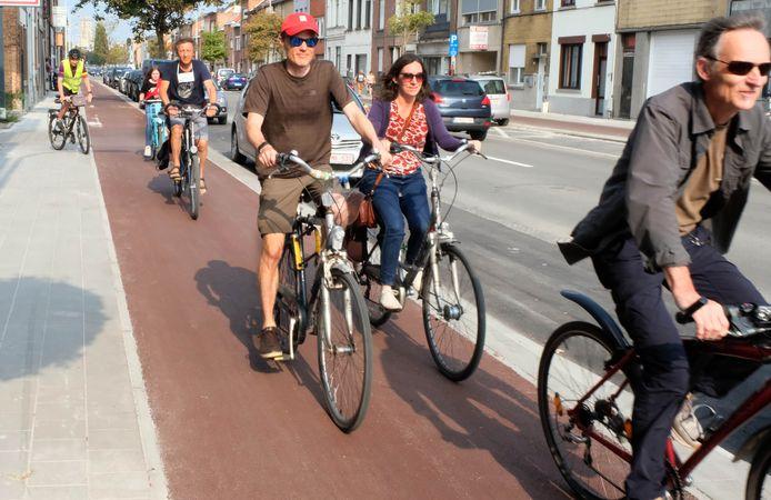 De Mechelse afdeling van de Fietsersbond fietst de nieuw geasfalteerde fietspaden op de Leuvensesteenweg in.