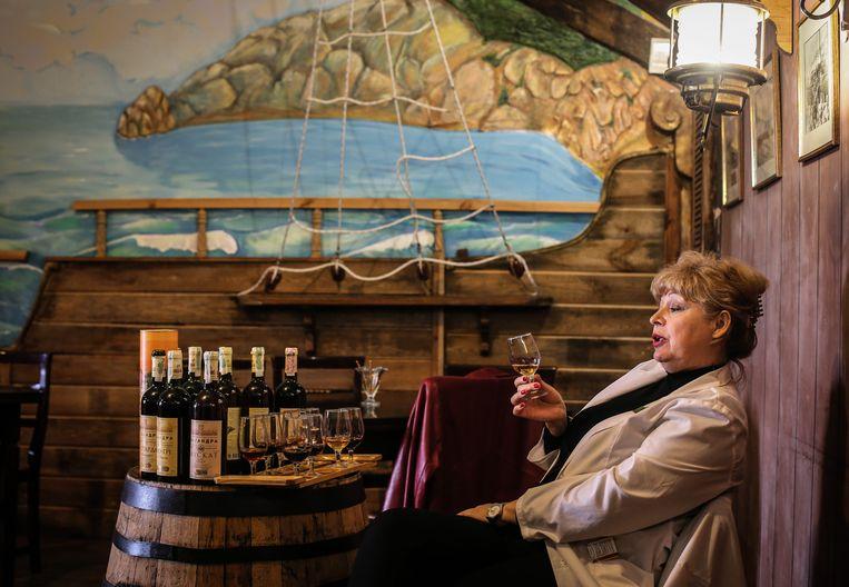 Een wijnspecialist vertelt over de karakteristieke eigenschappen van de zogeheten Krimwijn (Champanski). Beeld EPA