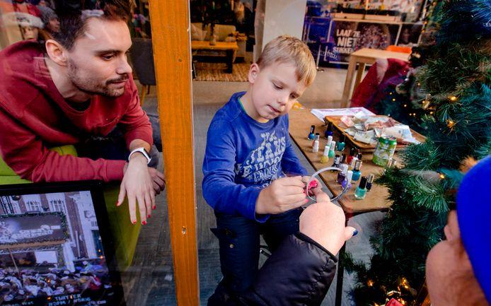 Eind december vorig jaar: Tijn Kolsteren lakt nagels in het Glazen Huis in Breda.