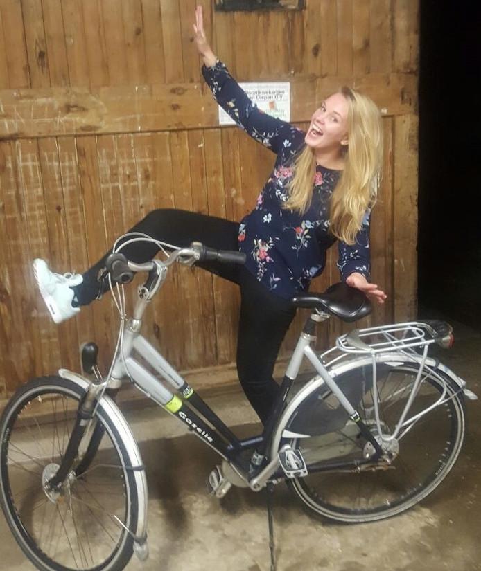 Ilse de Koeijer is blij met haar teruggevonden fiets.