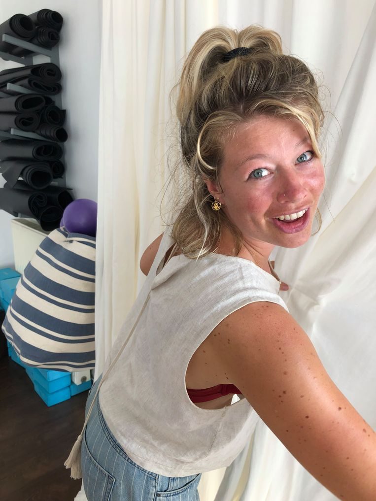 Roza van den Hanenberg in de yogazaal. Beeld Thijs Kettenis