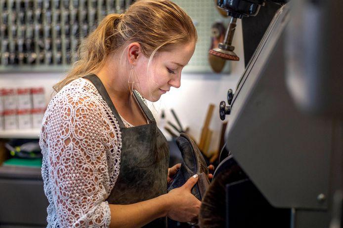 Renske Bardoel (25) is één van de weinige vrouwelijke schoenmakers in Nederland. Ze waagt een sprong in het diepe en opende afgelopen dinsdag haar eigen schoenmakerij Barrs in Druten.