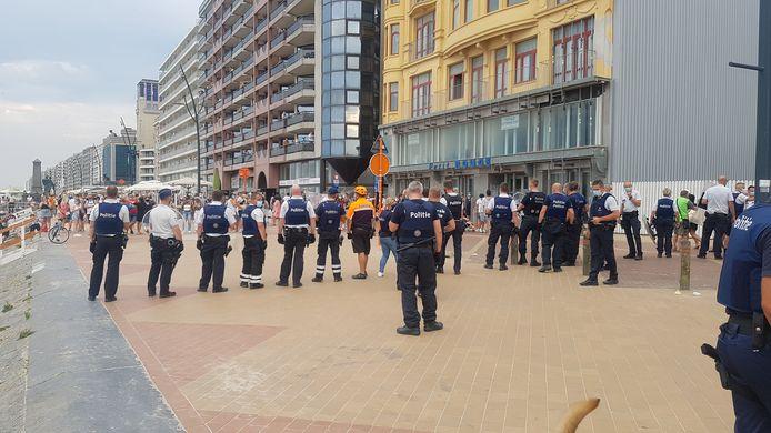 De politie drijft de massa uiteen.