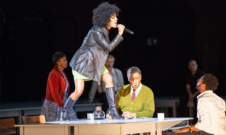 Kris Defoort bewerkte 'The Time of Our Singing' van Richard Powers tot een muzikaal meesterwerk. Claron McFadden speelt Delia Daley. Beeld Bernd Uhlig