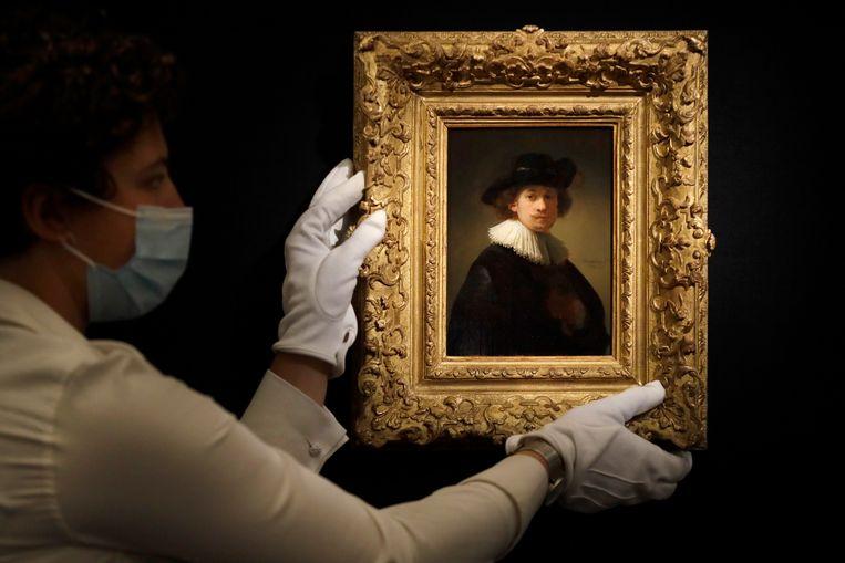 Het zelfportret van Rembrandt van Rijn. Hij draagt een witte kraag en zwarte hoed.  Beeld AP