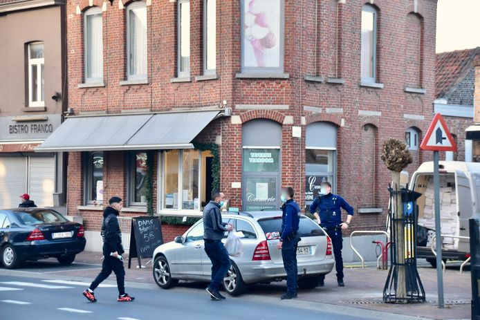 Crèmerie Pascal kreeg vrijdag controle van de politie. Deze foto werd twee dagen later genomen, toen de politie er een auto met Franse nummerplaat controleerde.