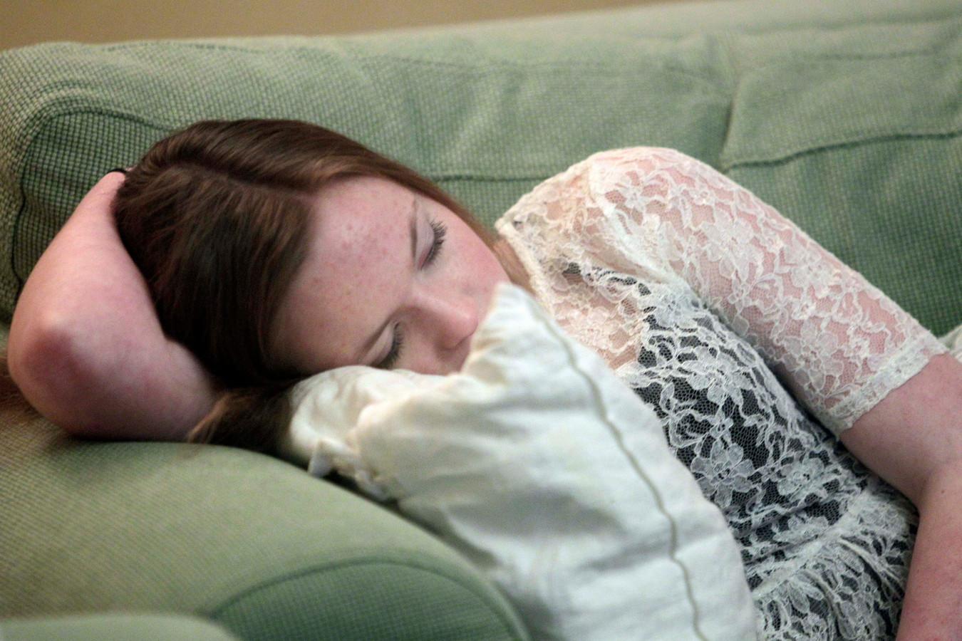 De Zweedse Emelie Olsson valt tijdens het tv-kijken in slaap. Ze is een van de 800 kinderen in Zweden en Europa die narcolepsie ontwikkelden nadat ze werd ingeënt met het vaccin Pandemrix.