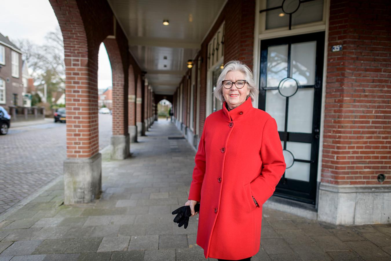 Yvonne Esman op het C.T. Storkplein, waar vroeger de kruidenier zat.