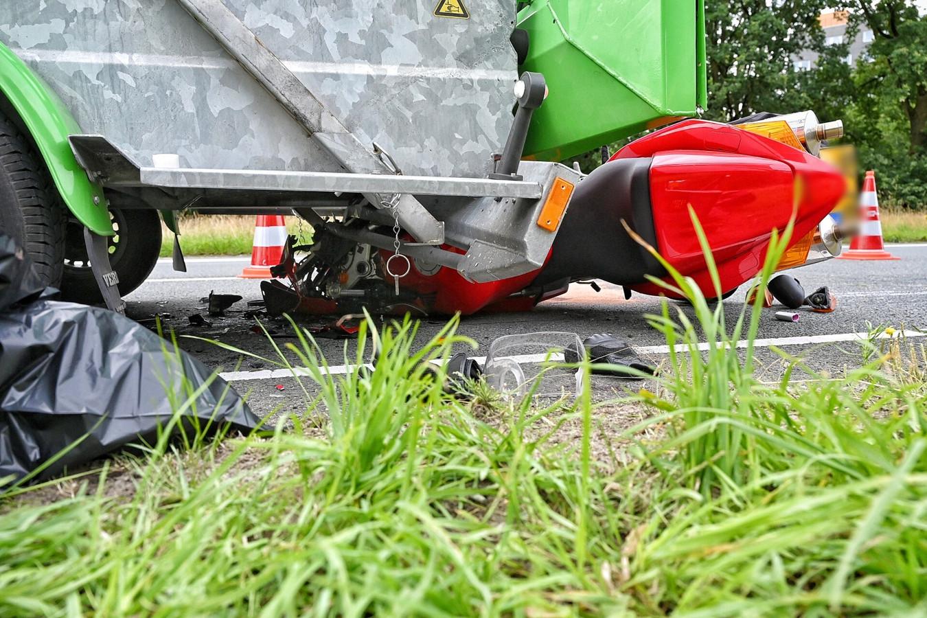Een motorrijder botste vrijdagochtend tegen een pijlwagen in Tilburg.