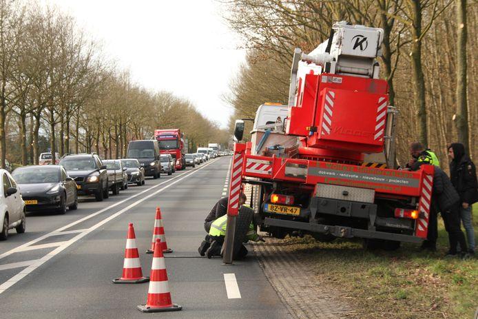 Hulpdiensten ontfermen zich over het voertuig dat een wiel kwijtraakte op de N35 tussen Nijverdal en Wierden.