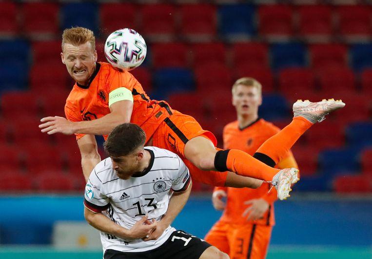 Jong Oranje-aanvoerder Dani de Wit duelleert met Salih Ozcan. Beeld REUTERS