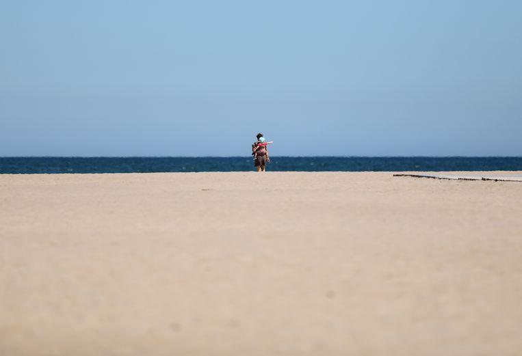 Voorlopig zijn de stranden nog zeer rustig in Spanje, zoals hier in Valencia. Beeld REUTERS