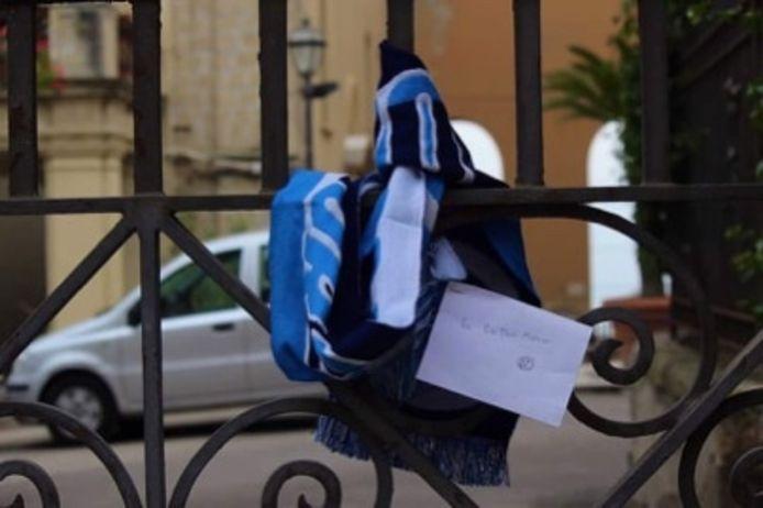 Het Napoli-shirt en sjaal aan de deur van Dries Mertens.