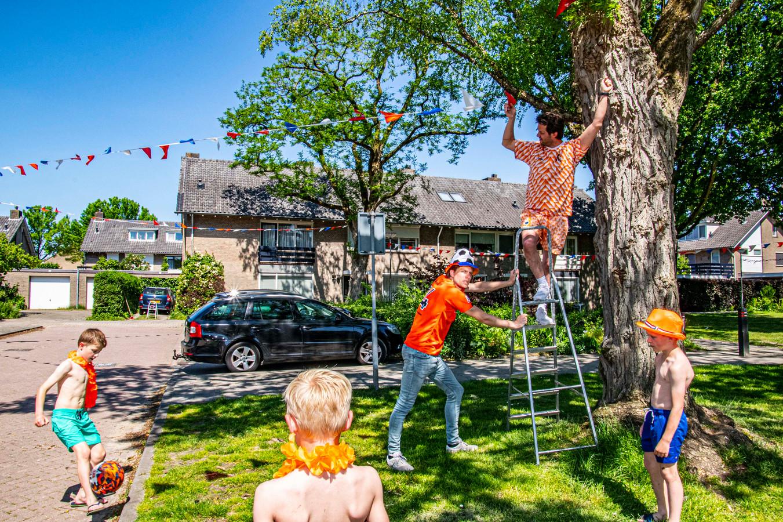 Peter Jagersma (naast ladder) zet samen met zijn buurman Robbert Timmermans (op ladder) de puntjes op de i.