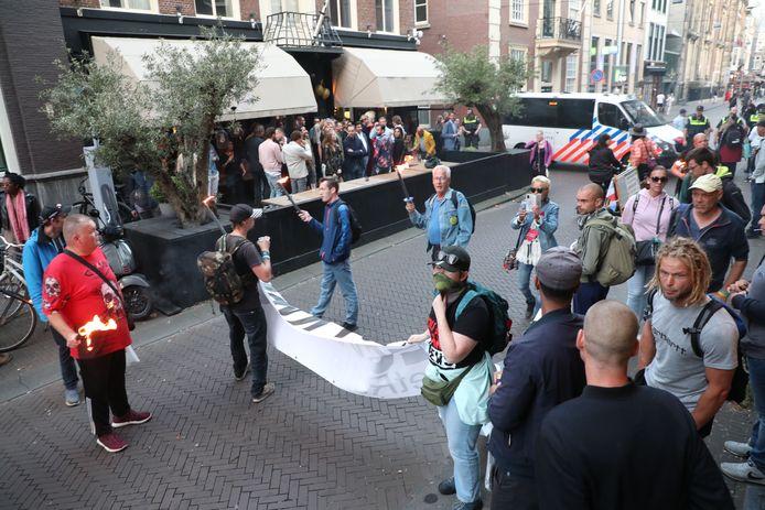 De demonstranten werden door de politie ingesloten ter hoogte van Danzig aan de Lange Houtstraat.