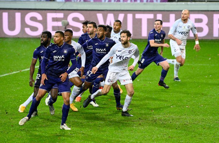 Alle hens aan dek bij een vrije schop tussen Anderlecht en Beerschot. Beeld Photo News