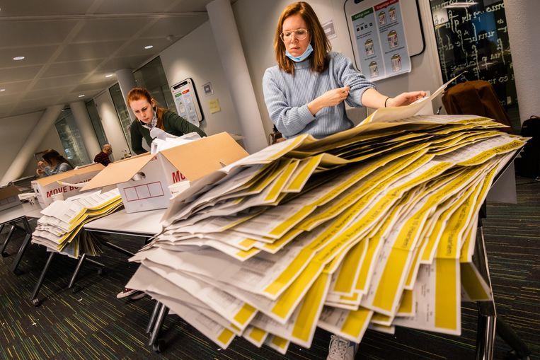 Poststemmen worden geteld in het stadskantoor van Haarlem. Beeld Joris van Gennip