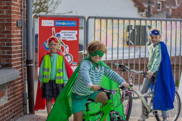 """""""Echte helden fietsen/stappen/steppen naar school"""" is de leuze van Bike2School."""