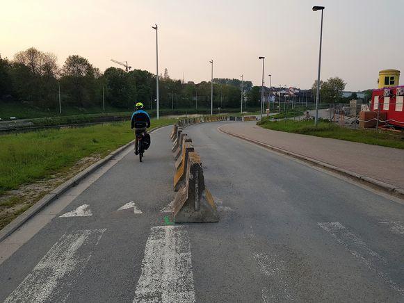 Onder ander in Halle (foto) moet er nog een oplossing gevonden worden om de fietssnelweg aan te leggen naast het Kanaal Brussel-Charleroi. Een deel van de Jean Laroystraat krijgt binnenkort wel al een volwaardig fietspad.