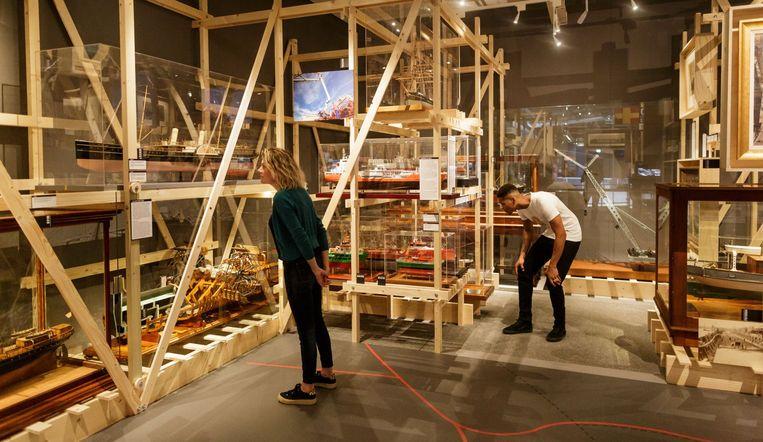 Bezoekers bekijken scheepsmodellen in het Maritiem Museum Rotterdam. Beeld Stichting Maritiem Museum