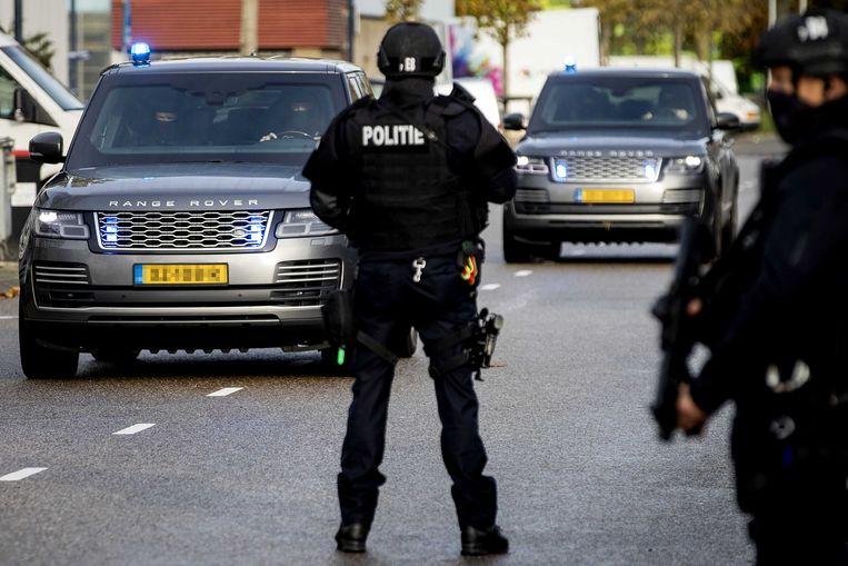 Een colonne beveiligde auto's komt aan bij De Bunker, de extra beveiligde rechtbank in Amsterdam Osdorp voor het Marengo-proces. Maandag begint hier de inhoudelijke behandeling. Beeld ANP
