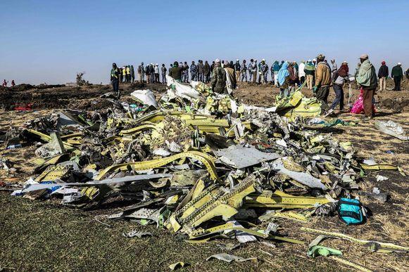 Wrakstukken van het toestel van Ethiopia Airlines dat neerstortte in Ethiopië