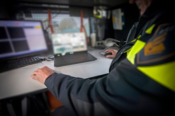 De agent wordt verweten tegen betaling vertrouwelijke informatie aan derden te hebben verstrekt.