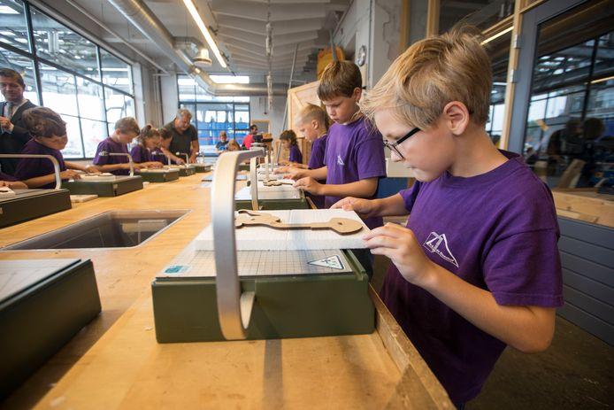Eindhoven - Kinderen van een basisschool uit Wagenberg hadden donderdag een schoolreisje naar de Ontdekfabriek op Strijp S. Met een nieuw 'musicalformat' hoopt de Ontdekfabriek nog veel meer scholen te bereiken.