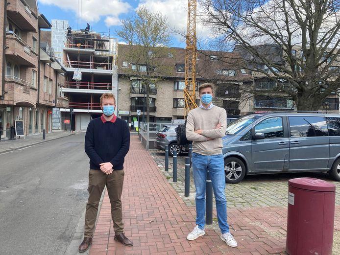 Nigel Casier en Matthias Leenknecht van Open Vld aan de Melkmarkt. Achter hen de Wijngaardstraat, die mogelijk een knip krijgt.