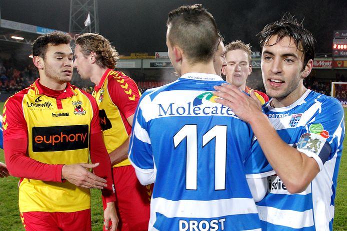 Eagle Xander Hooutkoop (l) treurt  na de 2-3 nederlaag, terwijl Jesper Drost (11) en de jonge PEC-captain Bram van Polen de victorie kraaien.