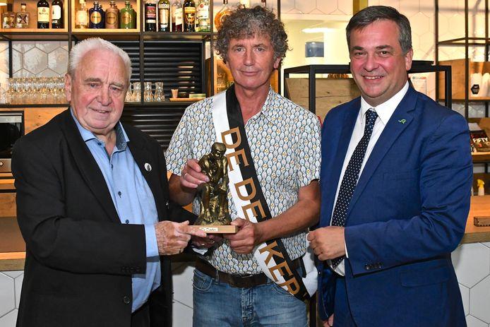 Jos Bogaerts van vzw De Denker overhandigt de prijs samen met burgemeester Kris Declercq aan fotograaf Stefaan Beel.
