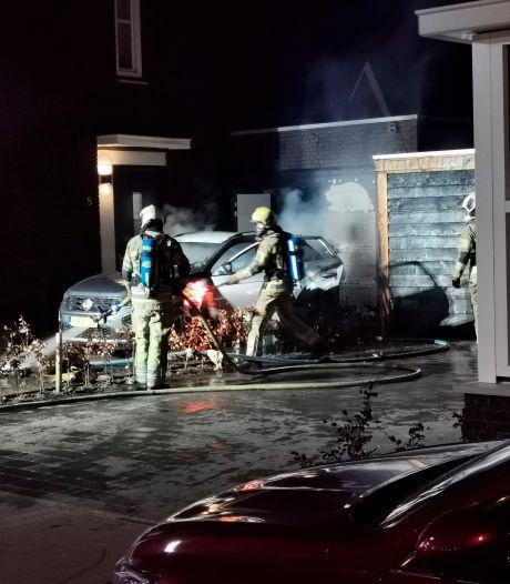 Auto in brand op oprit woning Veenendaal, ook veel schade aan overkapping en schuur