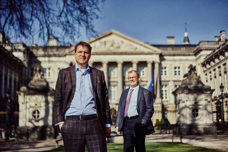 Ivan Van De Cloot (l) en Leo Neels: 'Het parlement móét functioneren. Als de rest van de maatschappij digitaal kan vergaderen, kunnen parlementsleden dat toch ook?'   Beeld Thomas Sweertvaegher