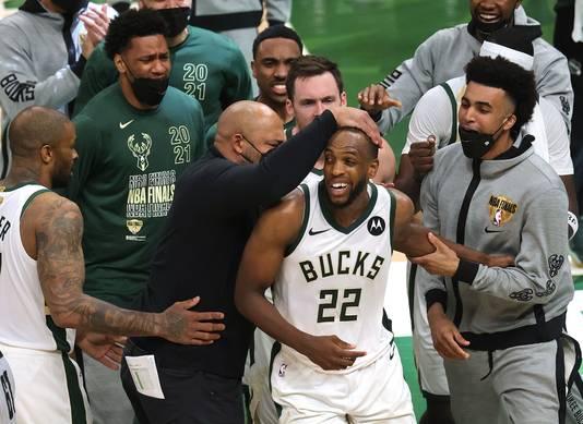 Milwaukee Bucks viert feest mket Khris Middleton.