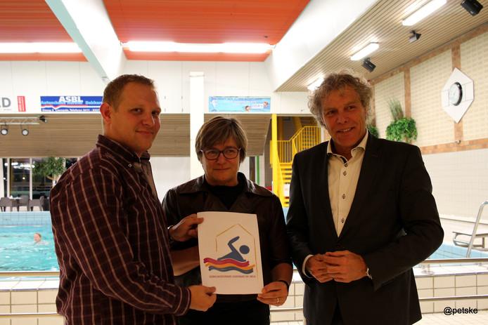 Op de foto vlnr: Tom van Wanrooij (ARGO, zwemvereniging) wethouders Hendriks en van der Heijden.