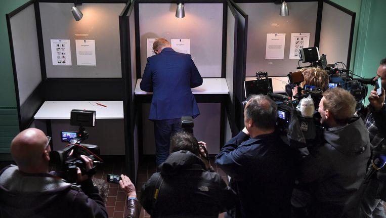 Jan Roos brengt zijn stem uit tijdens het referendum over het Oekraïneverdrag Beeld Marcel van den Bergh / de Volkskrant