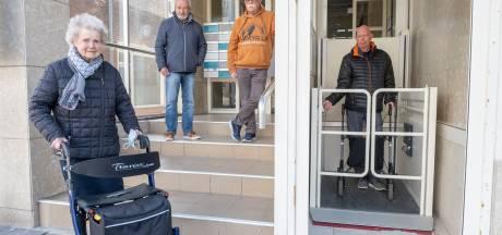 Bewoners Vlissingse flat willen hellingbaan, gemeente weigert: 'Maar dat liftje piept en kraakt en doet het vaak niet'